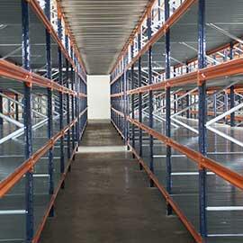 складови непалетни стелажи
